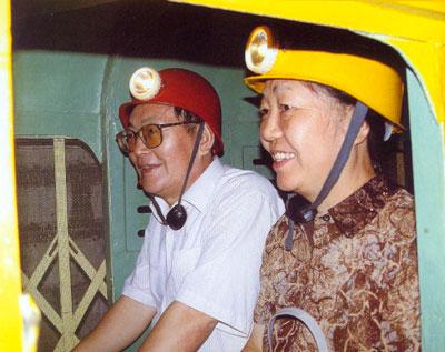 国家旅游局副局长孙刚亲身体验煤博馆的地下矿车
