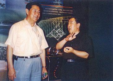原煤炭工业部部长韩英同志(左一)在中国煤炭博物馆视察指导
