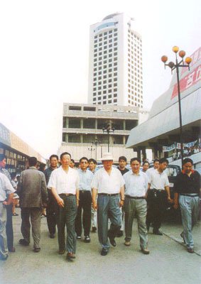 原煤炭部部长、原山西省委书记胡富国同志(前排中)到中国煤炭博物馆考察中国煤炭科教文交流中心的建设