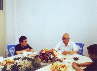 原煤炭工业部部长高扬文同志(中)在中国煤炭博物馆调研