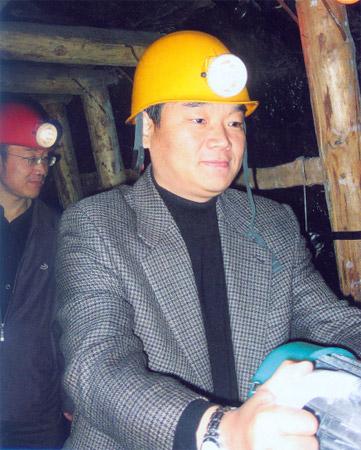 国家文物局办公室主任刘曙光同志在中国煤炭博物馆模拟矿井体验矿工生活