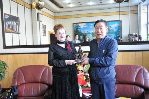 中国煤炭博物馆与英国国家煤矿博物馆互赠礼品