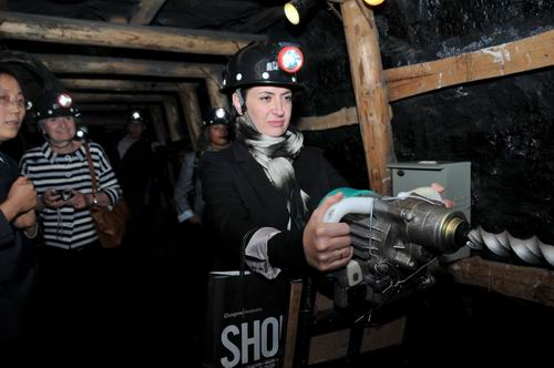 英国博物馆客人在模拟矿井体验煤电钻