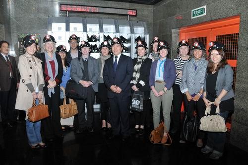 李希海馆长与英国博物馆访华团在模拟矿井合影